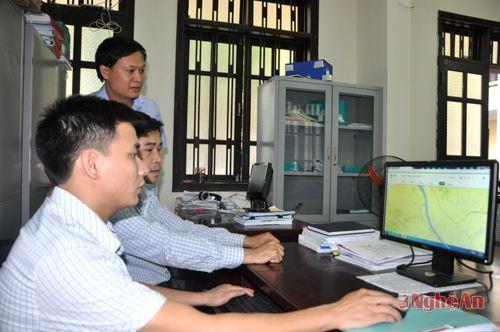 Cán bộ Ban quản lý dự án vốn sự nghiệp (Sở GTVT Nghệ An) ứng dụng phần mềm Mobiwork để quản lý kết cấu hạ tầng giao thông.