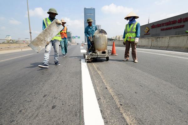 Vạch sơn đoạn đường vành đai 3 trên cao (Hà Nội) bị mờ được công nhân sửa chữa ngay khi có thông tin - Ảnh: K.Linh
